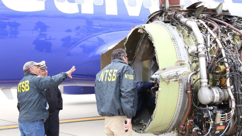 Philadelphia, 2018. április 18. Az Amerikai Nemzeti Közlekedésbiztonsági Ügynökség által közreadott képen szakértõk vizsgálják a Southwest Airlines 1380-as járatának felrobbant hajtómûvét a Philadelphiai Repülõtéren 2018. április 17-én, miután a gép kényszerleszállást hajtott végre. A New Yorkból a dallasi Love Fieldbe tartó járat hajtómûve repülés közben robbant fel, a gép ablakai betörtek, a balesetben legkevesebb egy ember életét vesztette. (MTI/EPA/NTSB)