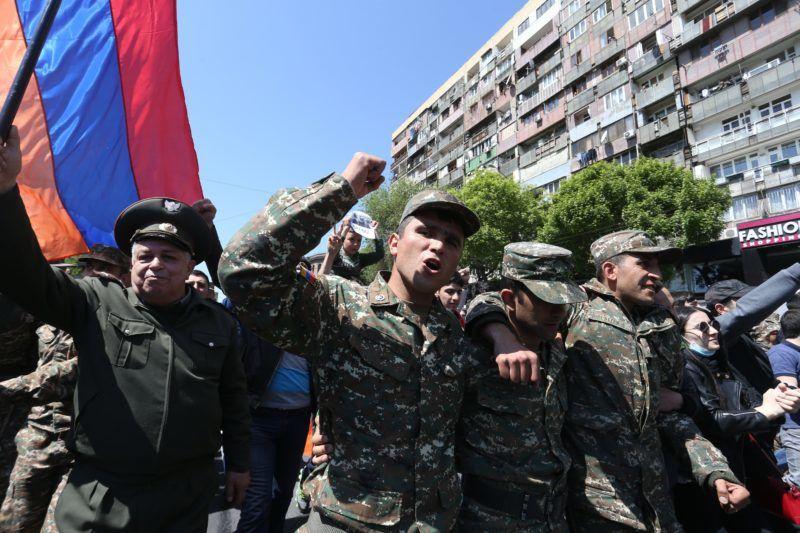 Jereván, 2018. április 23. Örmény katonák vesznek részt a Szerzs Szargszján korábbi örmény államfõ miniszterelnökké választását ellenzõ tüntetésen Jerevánban 2018. április 23-án. Szargszján ezen a napon lemondott kormányfõi posztjáról, amelyet mindössze egy héten át töltött be. (MTI/EPA/Vahram Baghdaszarajan)