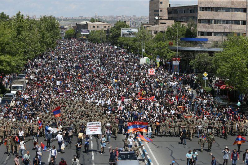 Jereván, 2018. április 23. Tüntetõk tiltakoznak Szerzs Szargszján korábbi örmény államfõ miniszterelnökké választása ellen Jerevánban 2018. április 23-án. Szargszján ezen a napon lemondott kormányfõi posztjáról, amelyet mindössze egy héten át töltött be. (MTI/EPA/Vahram Baghdaszarajan)