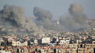 Hadzsár al-Aszvad, 2018. április 23. Füstoszlopok gomolyognak a szíriai fõváros, Damaszkusz Hadzsár al-Aszvad nevû déli elõvárosában 2018. április 23-án, a szíriai kormányerõk és a lázadócsoportok harcai idején. (MTI/EPA/Juszev Badaui)