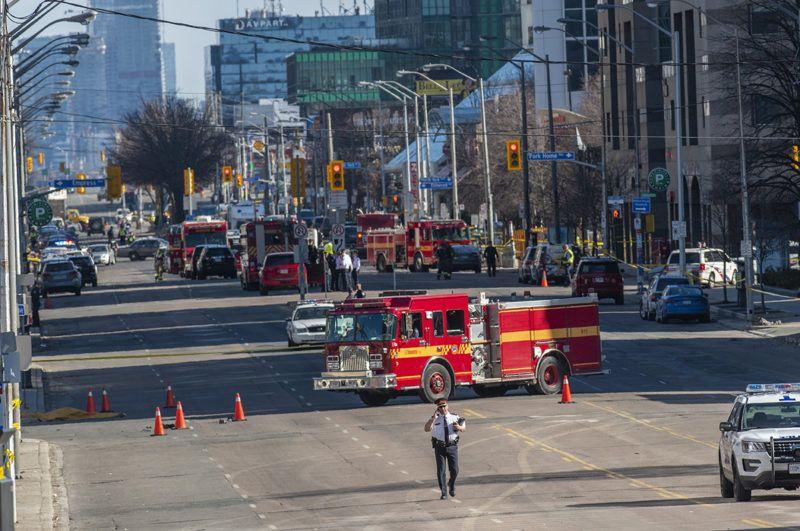 Toronto, 2018. április 24.Tűzoltóautók egy torontói utcán 2018. április 23-án, miután egy furgon gyalogosok közé hajtott a kanadai nagyvárosban. Legalább két ember életét vesztette, a sofőrt elfogták. (MTI/EPA/Warren Toda)