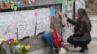 Toronto, 2018. április 24.Üzenetet ír kartonlapra egy nő a torontói tömeges gázolás áldozatainak rögtönzött emlékhelyén 2018. április 24-én. Az előző napon egy férfi bérelt kisteherautóval járókelők közé hajtva 25 embert elgázolt, akik közül tíz meghalt. A 25 éves gyanúsítottat, Alek Minassiant elfogták, és vádat emeltek ellene. (MTI/EPA/Warren Toda)