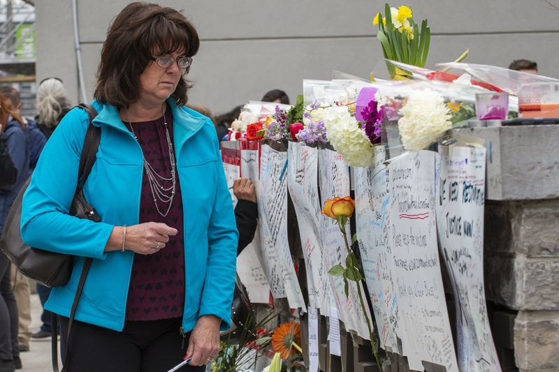 Toronto, 2018. április 24.Üzeneteket olvas egy nő a torontói tömeges gázolás áldozatainak rögtönzött emlékhelyén 2018. április 24-én. Az előző napon egy férfi bérelt kisteherautóval járókelők közé hajtva 25 embert elgázolt, akik közül tíz meghalt. A 25 éves gyanúsítottat, Alek Minassiant elfogták, és vádat emeltek ellene. (MTI/EPA/Warren Toda)