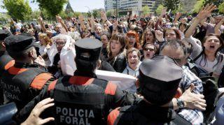 Pamplona, 2018. április 26. Nõk tüntetnek a navarrai bíróságnak a vártnál enyhébb ítélete ellen az észak-spanyolországi Pamplonában 2018. április 26-án. Ezrek vonultak utcára több spanyolországi nagyvárosában, hogy tiltakozzanak a bírósági ítélet miatt, amely szexuális visszaélés miatt ítélt el öt férfit, felmentve õket a szexuális erõszak vádja alól. A 26 és 29 év közötti sevillai férfiak egy fiatal nõt támadtak meg 2016 júliusában Pamplonában, a bikafuttatásokról híres San Fermín ünnepségek idején. (MTI/EPA/Villar Lopez)