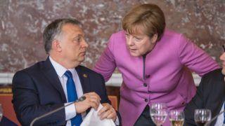 Brüsszel, 2017. március 9. Az Európai Néppárt által közreadott képen Orbán Viktor miniszterelnök, Fidesz - Magyar Polgári Párt elnöke és Angela Merkel német kancellár az Európai Néppárt, az EPP csúcsértekezletén, amelyet az Európai Unió brüsszeli csúcstalálkozója elõtt tartanak 2017. március 9-én. (MTI/Európai Néppárt)