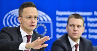 Brüsszel, 2017. december 7. Az Európai Unió által közreadott képen Szijjártó Péter külgazdasági és külügyminiszter sajtóértekezletet tart az Európai Parlament belügyi, állampolgári jogi és igazságügyi szakbizottságának (LIBE) a jogállamiság magyarországi helyzetérõl tartott meghallgatása után Brüsszelben 2017. december 7-én. Jobbról Menczer Tamás, a Külgazdasági és Külügyminisztérium (KKM) kommunikációért és parlamenti koordinációért felelõs helyettes államtitkára. (MTI/Európai Unió 2017/Eric Vidal)