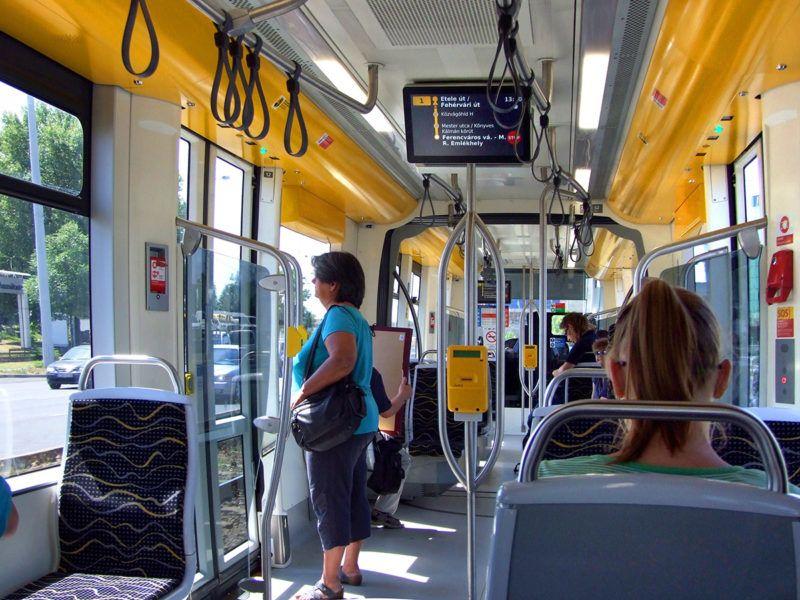 Budapest, 2017. június 14.A Budapesti Közlekedési Központ (BKK) 1-es villamosvonalán közlekedő egyik modern CAF villamos utastere munkaidőben.MTVA/Bizományosi: Jászai Csaba ***************************Kedves Felhasználó!Ez a fotó nem a Duna Médiaszolgáltató Zrt./MTI által készített és kiadott fényképfelvétel, így harmadik személy által támasztott bárminemű – különösen szerzői jogi, szomszédos jogi és személyiségi jogi – igényért a fotó készítője közvetlenül maga áll helyt, az MTVA felelőssége e körben kizárt.