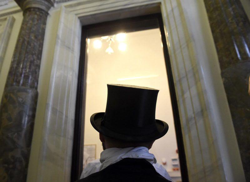 Budapest, 2016. június 21.Király Péter, Kéményseprők Országos Szakszervezetének (KOSZ) alelnöke a Nemzeti Választási Iroda bejáratánál a fővárosi Alkotmány utcában 2016. június 21-én. A KOSZ népszavazást kíván kezdeményezni a kéményellenőrzések gyakoriságának drasztikus mértékű csökkentésének megakadályozása érdekében. A szakszervezet vezetői a meglévő dokumentumokat, határozatokat átadták a Nemzeti Választási Iroda munkatársainak.MTI Fotó: Bruzák Noémi