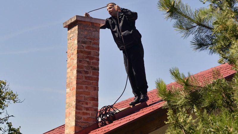 Csobánka, 2016. július 18.A katasztrófavédelem kéményseprőipari szakembere egy kéményt ellenőriz egy csobánkai családi ház tetjén 2016 július 18-án. A kötelező kéményellenőrzés és -tisztítás július 1-jétől ingyenes és magáncégek helyett az Országos Katasztrófavédelmi Főigazgatósághoz (OKF) került.MTI Fotó: Máthé Zoltán