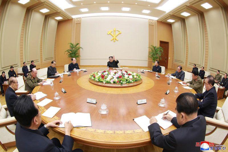 Phenjan, 2018. április 10.Kim Dzsong Un elsőszámú észak-koreai vezető, a Koreai Munkapárt első titkára, a Nemzetvédelmi Bizottság első elnöke (k) a párt központi bizottsága politikai bizottságának ülésén Phenjanban 2018. április 9-én. (MTI/EPA/KCNA)