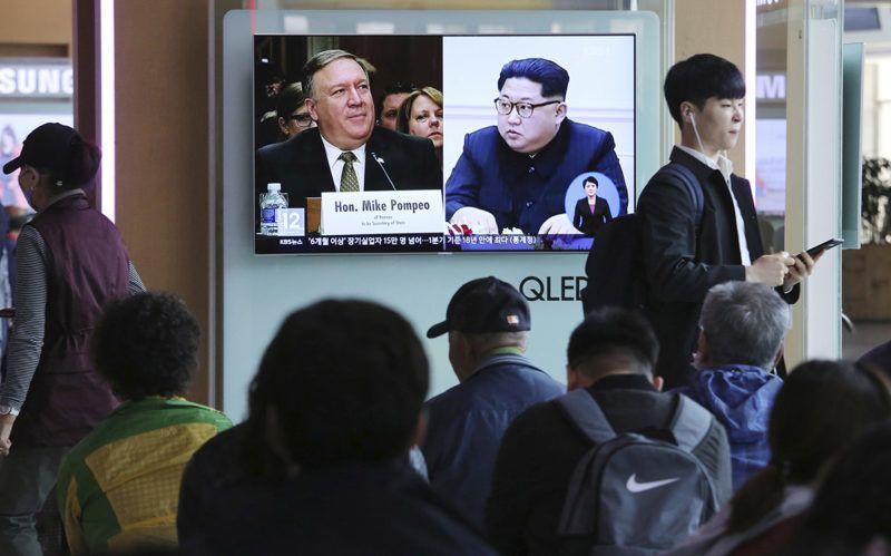 Szöul, 2018. április 18.Kim Dzsong Un észak-koreai vezetőről, a kommunista Koreai Munkapárt első titkáráról (j) és az amerikai külügyminiszteri posztra jelölt Mike Pompeóról, a Központi Hírszerző Ügynökség, a CIA igazgatójáról szóló híradást néznek emberek a szöuli főpályaudvar egyik kijelzőjén 2018. április 18-án. Az AP amerikai hírügynökség közleménye szerint Pompeo a közelmúltban Észak-Koreában járt és tárgyalt Kim Dzsong Unnal. Az AP szerint a CIA igazgatójának hozzávetőleg két héttel ezelőtti útja összefügghet a tervezett amerikai-észak-koreai csúcstalálkozó előkészítésével. (MTI/AP/Ahn Jang Dzsun)