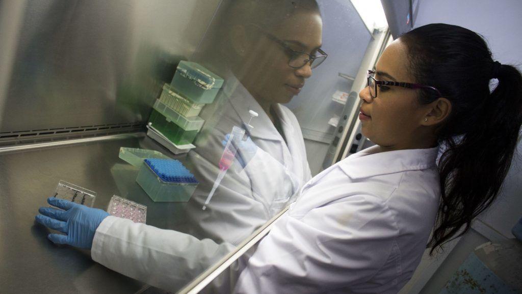 80312067. Querétaro, 12 Mar 2018 (Notimex- Especial).- Claudia Gutiérrez García, estudiante de la Maestría en Ciencias Químico Biológicas en la Facultad de Química de la Universidad Autónoma de Querétaro (UAQ), desarrolla un proyecto de investigación sobre las propiedades anticancerígenas de compuestos de origen natural, a fin de desarrollar tratamientos coadyuvantes. NOTIMEX/FOTO/ESPECIAL/COR/ACE/