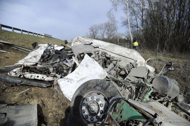 Budapest, 2018. április 3. Összeroncsolódott tehergépkocsi és személyautó az M0-ás autóúton, a Dunaharasztival szemközti oldalon 2018. április 3-án, miután a két jármû összeütközött. A balesetben egy ember meghalt. MTI Fotó: Mihádák Zoltán