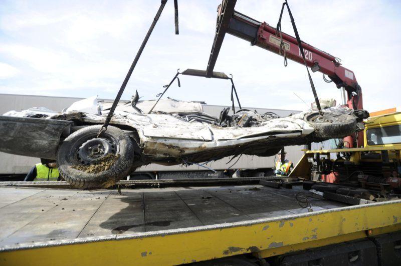 Budapest, 2018. április 3. Összeroncsolódott személyautót emelnek trélerre az M0-ás autóúton, a Dunaharasztival szemközti oldalon 2018. április 3-án, miután a jármû összeütközött egy tehergépkocsival. A balesetben egy ember meghalt. MTI Fotó: Mihádák Zoltán
