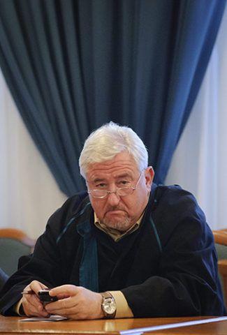 Debrecen, 2012. november 23.Magyar György ügyvéd hallgatja az ítélet indoklását a védence, Schönstein Sándor ellen gyilkosság vádjával indult büntetőper megismételt első fokú tárgyalásán a Debreceni Törvényszéken 2012. november 23-án. A vádlottat felmentette a bíróság az édesanyja, Balla Irma fideszes debreceni önkormányzati képviselő meggyilkolásának vádja alól.MTI Fotó: Czeglédi Zsolt