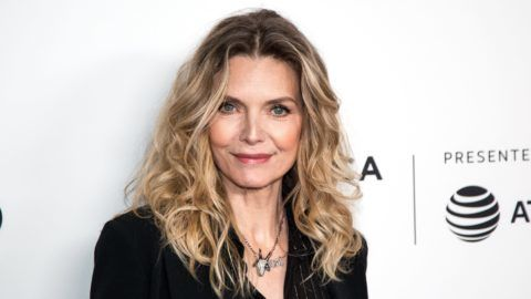 New York, 2018. április 20. Michelle Pfeiffer amerikai színésznõ érkezik A sebhelyesarcú címû filmje bemutatójának 35. évfordulója alkalmából rendezett jubileumi vetítésre a New York-i Tribeca Filmfesztiválon 2018. április 19-én. (MTI/EPA/Alba Vigaray)