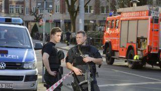 Münster, 2018. április 7. Rendõrök egy lezárt utcaszakaszon az észak-rajna-vesztfáliai Münster belvárosában, ahol egy kisteherautó egy vendéglõ teraszán ülõ emberek közé hajtott 2018. április 7-én. Az incidensben többen meghaltak, több tucatnyian megsebesültek. A sofõr végzett magával. (MTI/AP/Ferdinand Ostrop)