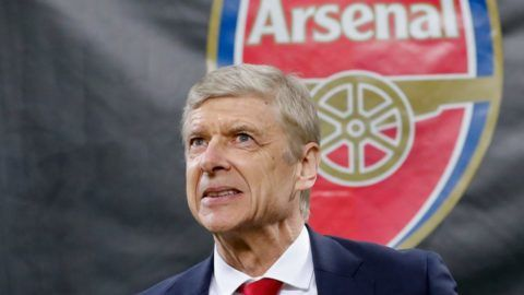 Milánó, 2018. április 20. 2018. március 8-án a milánói San Siro Stadionban készített kép Arsene Wengerrõl, az Arsenal angol labdarúgócsapat francia vezetõedzõjérõl a labdarúgó Európa Liga selejtezõjében az AC Milan elleni mérkõzés elõtt. Wenger 2018. április 20-án bejelentette, hogy az idény végén, több mint 21 év után távozik az Arsenal labdarúgócsapatától. (MTI/AP/Antonio Calanni)