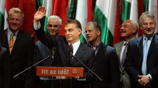 Budapest, 2010. április 25.Orbán Viktor, a Fidesz elnöke, a párt miniszterelnök-jelöltje (elöl) integet, mielőtt beszédet mond a Fidesz-KDNP eredményváró rendezvényén a 2010-es országgyűlési választás második fordulóját követően a főváros V. kerületében, a Vörösmarty téren. A háttérben balról jobbra áll: Schmitt Pál, a Fidesz-KDNP EP-képviselője, Balog Zoltán, a Fidesz országgyűlési képviselője, Kósa Lajos, a Fidesz alelnöke, Martonyi János volt külügyminiszter és Semjén Zsolt, a KDNP elnöke. MTI Fotó: Koszticsák Szilárd