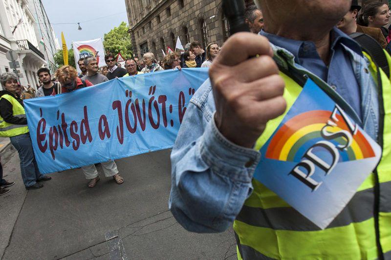 Budapest, 2013. június 2.A Pedagógusok Demokratikus Szakszervezete (PDSZ), a Hallgatói Hálózat, a Hálózat a Tanszabadságért, a Humán Platform, a Középiskolai Hálózat, a Liga Szakszervezetek, az Oktatói Hálózat és a Szülői Hálózat tagjai vonulnak demonstrációjukon az Akadémia utcában, az oktatási államtitkárság épülete elé 2013. június 2-án.MTI Fotó: Szigetváry Zsolt