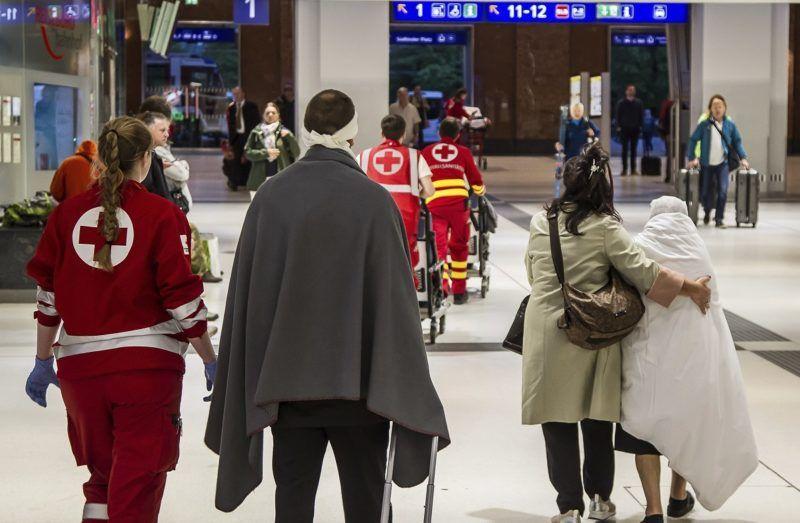 Salzburg, 2018. április 20. A salzburgi fõpályaudvaron történt vonatbaleset sérültjeit kísérik mentõk 2018. április 20-án. A Zürichbõl Bécsbe tartó Railjet expresszvonatot kapcsolták hozzá egy velencei szerelvényhez, amikor a vonat egyelõre tisztázatlan okból túl gyorsan érkezett, és az ütközés erõsre sikerült. A balesetben legkevesebb ötvennégy megsérült, de egyikük állapota sem súlyos. (MTI/AP/FMT-Pictures)
