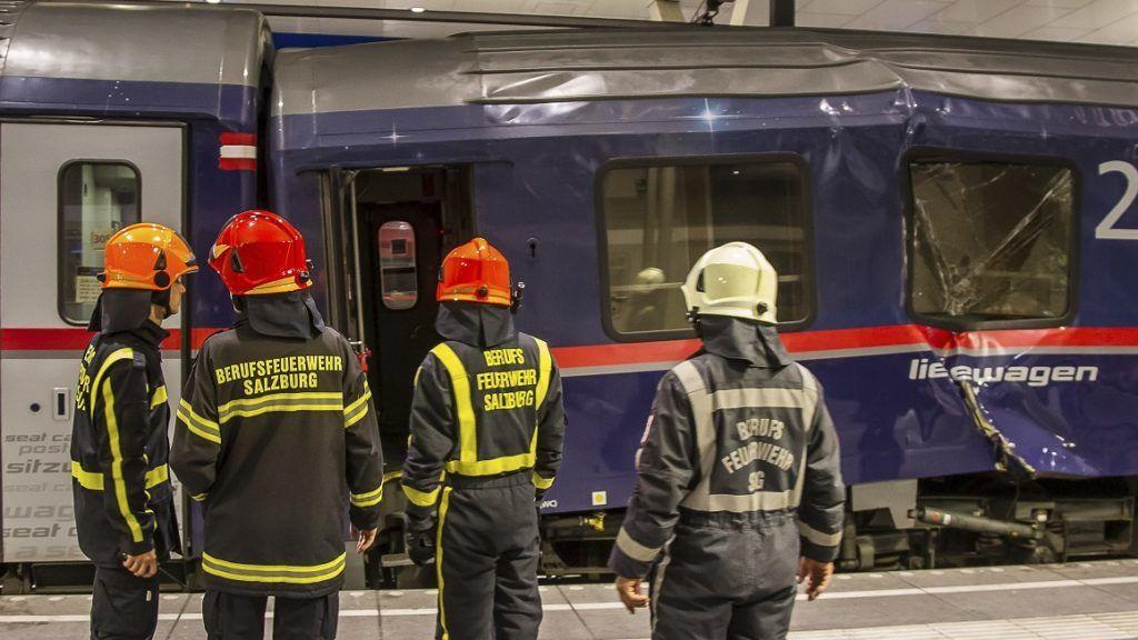 Salzburg, 2018. április 20. Összeütközött személyszállító vonatokat néznek tûzoltók a salzburgi fõpályaudvaron 2018. április 20-án. A Zürichbõl Bécsbe tartó Railjet expresszvonatot kapcsolták hozzá egy velencei szerelvényhez, amikor a vonat egyelõre tisztázatlan okból túl gyorsan érkezett, és az ütközés erõsre sikerült. A balesetben legkevesebb ötvennégy megsérült, de egyikük állapota sem súlyos. (MTI/AP/FMT-Pictures)