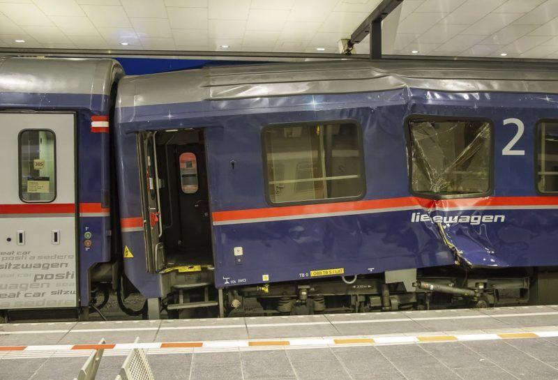 Salzburg, 2018. április 20. Összeütközött személyszállító vonatok a salzburgi fõpályaudvaron 2018. április 20-án. A Zürichbõl Bécsbe tartó Railjet expresszvonatot kapcsolták hozzá egy velencei szerelvényhez, amikor a vonat egyelõre tisztázatlan okból túl gyorsan érkezett, és az ütközés erõsre sikerült. A balesetben legkevesebb ötvennégy megsérült, de egyikük állapota sem súlyos. (MTI/AP/FMT-Pictures)