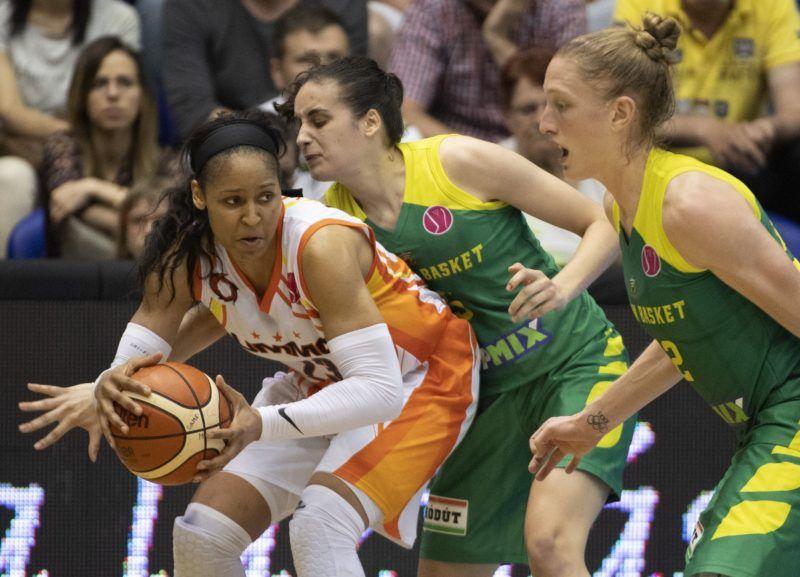 Sopron, 2018. április 22. Maya Moore (b), az orosz Jekatyerinburg, valamint Angela Salvadores (k) és Danielle Page, a Sopron játékosa a nõi kosárlabda Euroliga döntõjében, a Sopron Basket - Jekatyerinburg mérkõzésen a soproni Novomatic Arénában 2018. április 22-én. Az orosz csapat 72-53-ra gyõzött. MTI Fotó: Szigetváry Zsolt