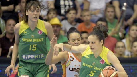 Sopron, 2018. április 22. Angela Salvadores (j) és Tina Jovanovic (b), a Sopron, valamint Kristi Toliver, az orosz Jekatyerinburg játékosa a nõi kosárlabda Euroliga döntõjében, a Sopron Basket - Jekatyerinburg mérkõzésen a soproni Novomatic Arénában 2018. április 22-én. MTI Fotó: Szigetváry Zsolt