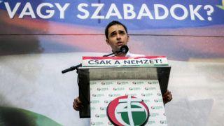 Budapest, 2013. október 23.Stummer János, a Magyar Tavasz Mozgalom vezetője beszél a Jobbik Kormánykárosultak nagygyűlése elnevezésű, az 1956-os forradalom és szabadságharc kirobbanásának 57. évfordulóján tartott rendezvényének résztvevői transzparenssel Budapesten a Vértanúk terén 2013. október 23-án.MTI Fotó: Mohai Balázs
