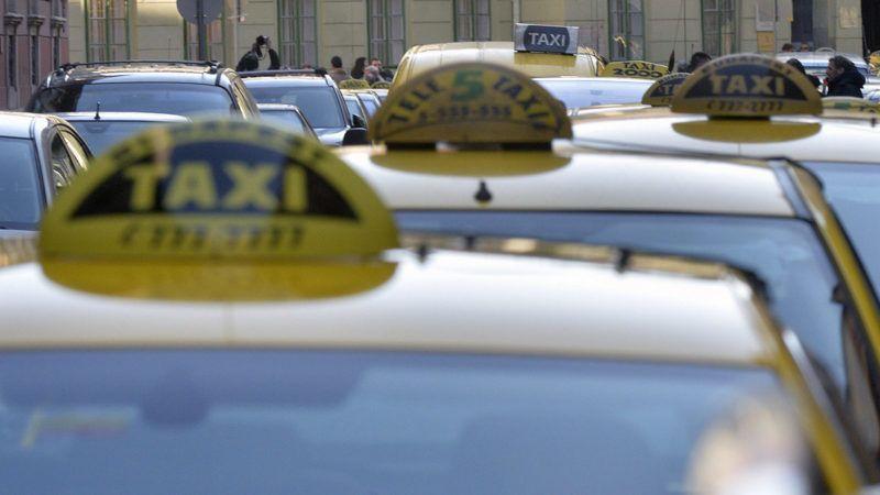 Budapest, 2016. január 18.Az Uber közösségi személyszállító szolgáltatás ellen rendezett taxisdemonstráció résztvevői állnak autóikkal a Főpolgármesteri Hivatal előtt a belvárosi Városház utcában 2016. január 18-án. A tüntetők petíciót adtak át a helyszínen. MTI Fotó: Máthé Zoltán
