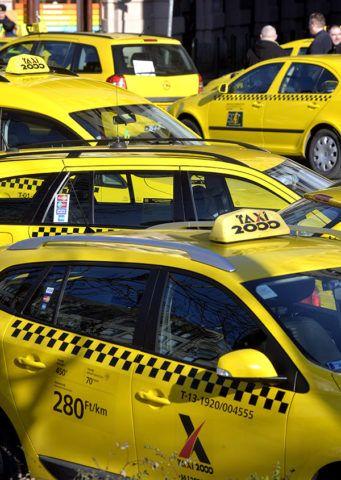 Budapest, 2016. január 18.Az Uber közösségi személyszállító szolgáltatás ellen rendezett taxisdemonstráció résztvevői állnak autóikkal a belvárosi Andrássy út és a Bajcsy-Zsilinszky út kereszteződésénél 2016. január 18-án. A taxisok kora reggel óta tartanak be nem jelentett demonstrációt a helyszínen, ahol mintegy száz gépkocsi sorakozott fel, egy-egy forgalmi sávot szabadon hagyva akadályozzák a forgalmat, jelentős torlódást okozva. A helyszínt a rendőrség biztosítja.MTI Fotó: Máthé Zoltán