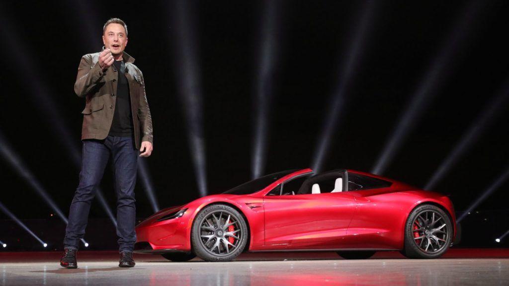 Los Angeles, 2017. november 17. A Tesla Motors által közreadott képen Elon Musk, a Tesla vezérigazgatója bemutatja az amerikai cég elektromos meghajtású kétüléses sportkabrioletjét, a Roadstert a Los Angeles-i tervezõközpontban 2017. november 16-án. (MTI//EPA/Tesla)