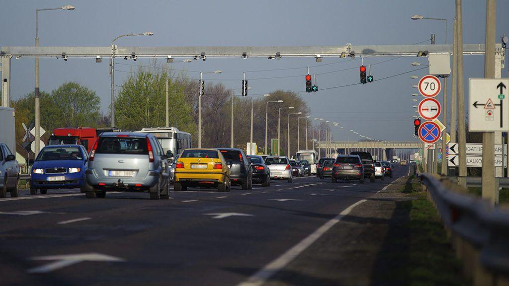 Debrecen, 2016. április 5.A Véda közúti intelligens traffipaxrendszer egyik egysége a 33-as főúton Debrecen határában 2016. április 5-én. Ezen a napon reggel 8 órától üzemszerűen működnek az új kamerák, amelyek sebességmérés mellett - a többi között - forgalomszámlálásra és többféle szabályszegés felismerésére, dokumentálására is alkalmasak. A rendszer 160 mobil sebességmérőt, valamint az ország egész területén 365 fixtelepítésű komplex közlekedésellenőrző pontot (KKEP) foglal magában, 134 útszakaszon.MTI Fotó: Czeglédi Zsolt