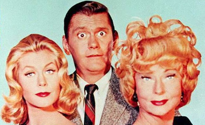 """This undated file photo shpws US Actors Elizabeth Montgomery(L), Dick York(C), and Agnes Moorehead(R), the stars of the 1960's television show """"Bewitched."""" Montgomery died 18 May after a battle with cancer at the age of 62.     AFP PHOTO / AFP PHOTO / FILES"""