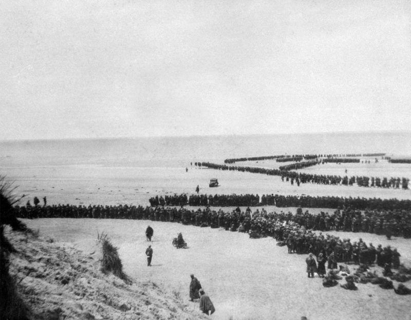 """Photo datant de 1940 montrant des troupes s'avançant vers la mer pour être embarquées sur les """"Little Ships"""", symbole de l'opération Dynamo. Le Prince Charles d'Angleterre clôturera le 04 juin 2000 à Dunkerque quatre jours de célébration du 60e anniversaire de l'opération Dynamo qui, en mai-juin 40, permit l'évacuation vers la Grande-Bretagne de près de 340 000 soldats britanniques et français encerclés par l'avance des armées allemandes.  / AFP PHOTO / DSK"""