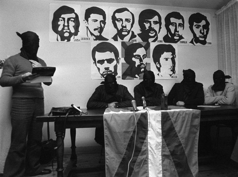 Quatre hommes masqués, qui se sont présentés comme étant les membres du commando de l'organisation basque ETA, auteur de l'attentat contre l'Amiral espagnol Luis Carrero Blanco, le 20 décembre 1973 à Madrid, font le récit de leur opération devant la presse, le 29 décembre 1973, quelque part dans le sud de la France.  L'homme à droite est un interprète. AFP PHOTO  (FILES) A picture taken 29 December 1973 shows four hooded men, who presented themselves as members of the ETA, giving a press conference in an undisclosed city of southern France, nine days after the death of Admiral Carrero Blanco, a military strongman of the Franco regime. The armed Basque separatist organisation ETA announced 22 March 2006 it is declaring a permanent ceasefire, a condition set by Spain's government for the opening of talks with the group. (Men at L is an interpreter). AFP PHOTO FILES / AFP PHOTO