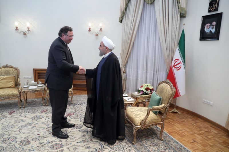 """A handout picture provided by the Iranian Presidency shows Iran's President Hassan Rouhani (R) shaking hands with Patrick Pouyanne Chairman and CEO of French energy company Total, after signing an offshore gas field agreement in Tehran, on July 3, 2017.  French energy giant Total defied US pressure, signing a multi-billion-dollar gas deal with Iran, the first by a European firm in more than a decade. / AFP PHOTO / IRANIAN PRESIDENCY / HO / RESTRICTED TO EDITORIAL USE - MANDATORY CREDIT """"AFP PHOTO / IRANIAN PRESIDENCY"""" - NO MARKETING NO ADVERTISING CAMPAIGNS - DISTRIBUTED AS A SERVICE TO CLIENTS"""