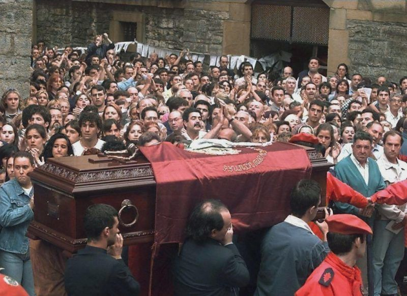 The coffin of Miguel Angel Blanco, allegedly assassinated by the Basque independantist movment ETA, arrives 14 July at the church of his native city of Ermua, northern Spain. Blanco was reportedly killed by members of the ETA after the Spanish goverment refused to meet their demands that ETA prisoners dispersed in jails across the country be regrouped in the Basque region. (ELECTRONIC IMAGE) / AFP PHOTO / DOMINIQUE FAGET
