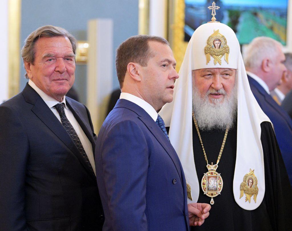 Moszkva, 2018. május 7. Dmitrij Medvegyev orosz miniszterelnök (K) Kirill, Moszkva és egész Oroszország ortodox pátriárkája (j), valamint Gerhard Schröder volt német kancellár  társaságában Vlagyimir Putyin újraválasztott orosz elnök beiktatási ünnepségén a moszkvai Kremlben 2018. május 7-én. A negyedik államfõi mandátumát kezdõ Putyin a szavazatok 77 százalékának elnyerésével gyõzött a márciusi elnökválasztáson. (MTI/EPA/Szputnyik/Elnöki sajtószolgálat/Alekszej Druzsinyin)