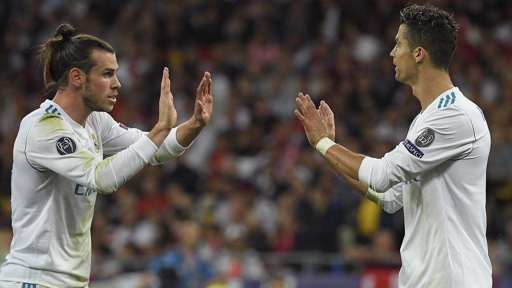 Real Madrid's Welsh forward Gareth Bale (L) celebrates with Real Madrid's Portuguese forward Cristiano Ronaldo during the UEFA Champions League final football match between Liverpool and Real Madrid at the Olympic Stadium in  Kiev, Ukraine on May 26, 2018. / AFP PHOTO / LLUIS GENE