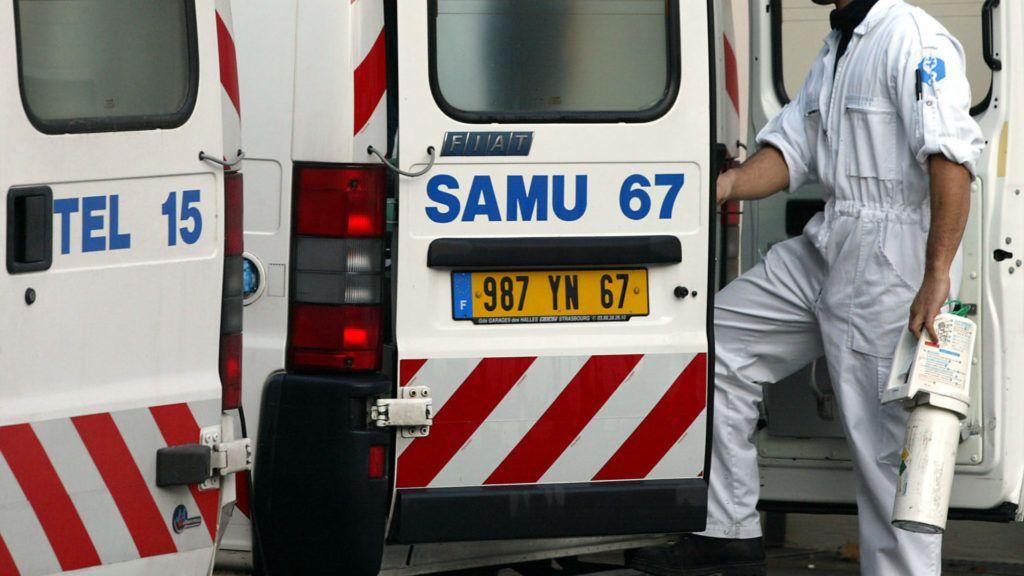 un ambulancier du SAMU des Hospices civils de Strasbourg intervient à la suite d'un appel, le 31 décembre 2001, alors que la fréquentation des services d'urgence a augmenté dans certaines agglomérations de France métropolitaine à la suite de la grève des médecins généralistes.   AFP PHOTO PIERRE ANDRIEU. / AFP PHOTO / PIERRE ANDRIEU
