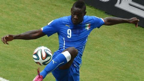 Italy's forward Mario Balotelli controls the ball during a Group D football match between Italy and Uruguay at the Dunas Arena in Natal during the 2014 FIFA World Cup on June 24, 2014.   AFP PHOTO/ YASUYOSHI CHIBA / AFP PHOTO / YASUYOSHI CHIBA
