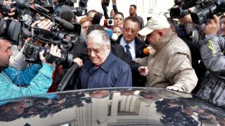 Ion Iliescu (C), former Romanian President leaves the court after he was interrogated by prosecutors in Bucharest on October 21, 2015. A Romanian court has launched a probe into former president Ion Iliescu for alleged crimes against humanity over the violent suppression of protests in 1990, months after the fall of the Communist regime, prosecutors said Wednesday.  AFP PHOTO / GRIGORE POPESCU / AFP PHOTO / GRIGORE POPESCU