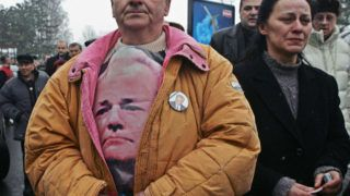 Supporters of former Yugoslav president Slobodan Milosevic react as his body arrives at Belgrade's Airport, 15 March 2006. He is expected to be buried Saturday in his hometown of Pozarevac.       AFP PHOTO / DIMITAR DILKOFF / AFP PHOTO / DIMITAR DILKOFF