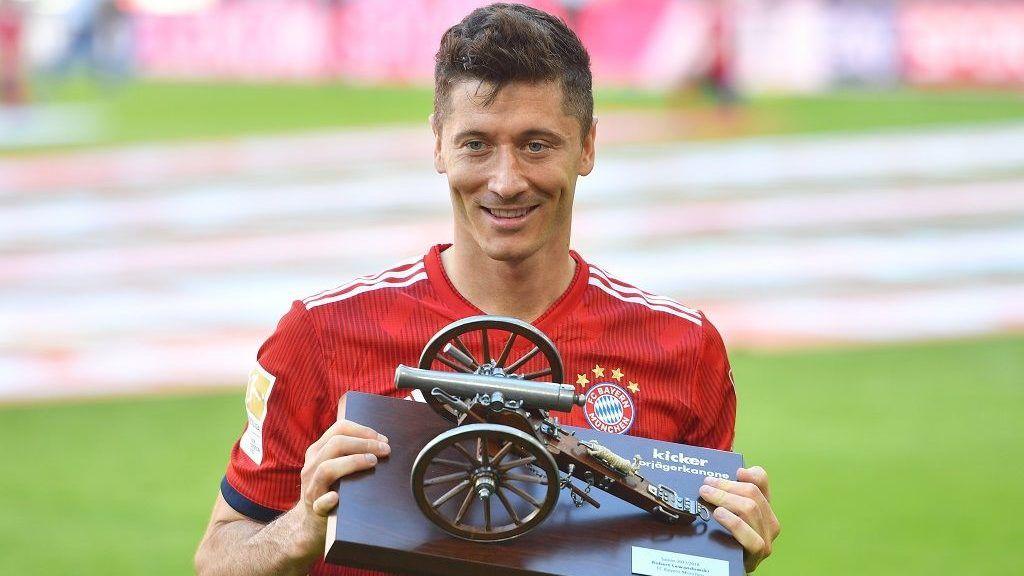 Robert LEWANDOWSKI (FC Bayern Munich), with the goaljaeger cannon, goalkeeper kenig, goaljaegerkanone, cannon. Football 1. Bundesliga, 34. matchday, matchday34, Bayern Munich (M) -VFB Stuttgart (S) 1-4, on May 12, 1818 in Muenchen / Germany, ALLIANZAREN A. German Champion, German Championship, | usage worldwide