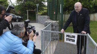 Knock, 2018. május 25. Tom Harrington tiszteletes érkezik egy knocki iskolában kialakított szavazóhelyiségbe 2018. május 25-én, az abortusz esetleges liberalizálásáról szóló népszavazás napján. A hatályos írországi jogszabály a legszigorúbb Európában: nemi erõszak, vérfertõzés vagy a magzat fejlõdési rendellenessége sem indok az abortuszra. (MTI/AP/Peter Morrison)
