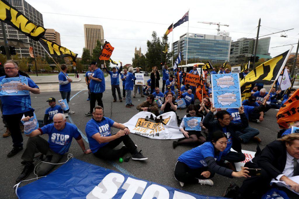 Adelaide, 2018. május 22. Az Aldi üzletlánc teherautó sofõrjei tüntetnek a rossz munkakörülményeik ellen a dél-ausztráliai Adelaide-ben 2018. május 22-én. (MTI/EPA/Kelly Barnes)