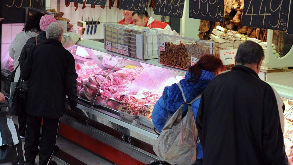 Debrecen, 2016. január 14.Vásárlók egy hentesüzlet húspultjánál a debreceni Piaccsarnokban. A több mint 6500 négyzetméter hasznos alapterületű csarnokban 295 asztalról, 29 hűtőpultból és 31 üzlethelyiségből kínálják termékeiket a zöldség- és gyümölcstermelők és a hústermékeket árusító kereskedők.MTVA/Bizományosi: Oláh Tibor ***************************Kedves Felhasználó!Ez a fotó nem a Duna Médiaszolgáltató Zrt./MTI által készített és kiadott fényképfelvétel, így harmadik személy által támasztott bárminemű – különösen szerzői jogi, szomszédos jogi és személyiségi jogi – igényért a fotó készítője közvetlenül maga áll helyt, az MTVA felelőssége e körben kizárt.