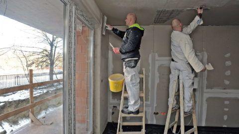 Debrecen, 2017. január 23. Festõk az elsõ lakások belsõ tereit glettelik a Dóczy Lakópark építésén. A debreceni Hunép Universal cégcsoport saját beruházásban és kivitelezéssel építi a lakóparkot, amiben 224 lakásos három tömbbõl álló épületegyüttes készül. Szakmai és pénzügyi elõrejelzések szerint idén tovább folytatódik az építõipar termelésének, 2016 õszétõl tapasztalható növekedése. Az várható, hogy az ágazatot a magánberuházások és a lakásépítés lendíti tovább.  MTVA/Bizományosi: Oláh Tibor  *************************** Kedves Felhasználó! Ez a fotó nem a Duna Médiaszolgáltató Zrt./MTI által készített és kiadott fényképfelvétel, így harmadik személy által támasztott bárminemû – különösen szerzõi jogi, szomszédos jogi és személyiségi jogi – igényért a fotó készítõje közvetlenül maga áll helyt, az MTVA felelõssége e körben kizárt.